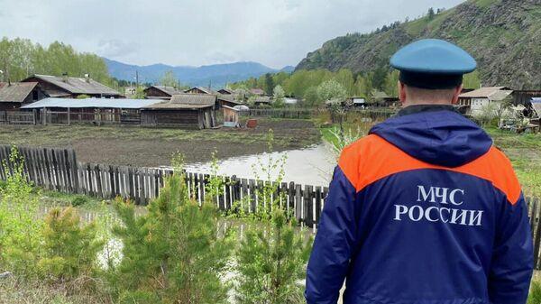 Сотрудник МЧС РФ осматривает затопленную территорию в Хакасии