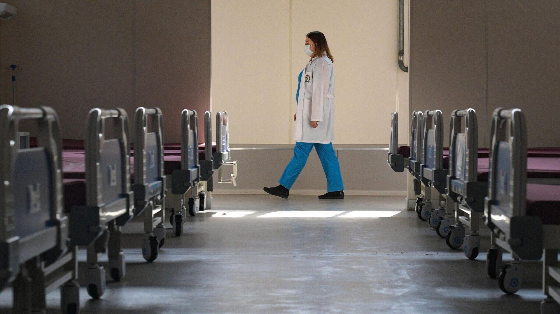 Медицинский работник в госпитале Ленэкспо в Санкт-Петербурге - РИА Новости, 1920, 09.06.2021