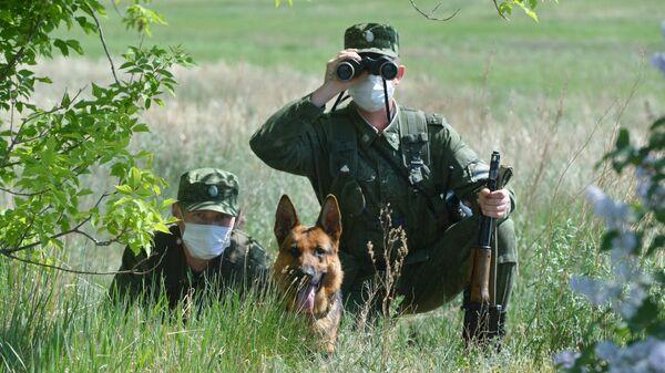 Военнослужащие пограничного управления ФСБ России по Челябинской области со служебной собакой на участке российско-казахстанской границы