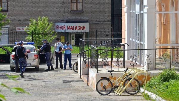Сотрудники полиции возле лицея №1 в городе Березники, где ученик напал на учительницу