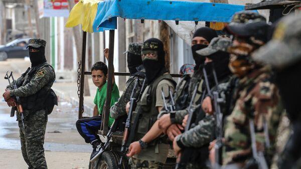 Военные и ребенок на одной из улиц сектора Газа