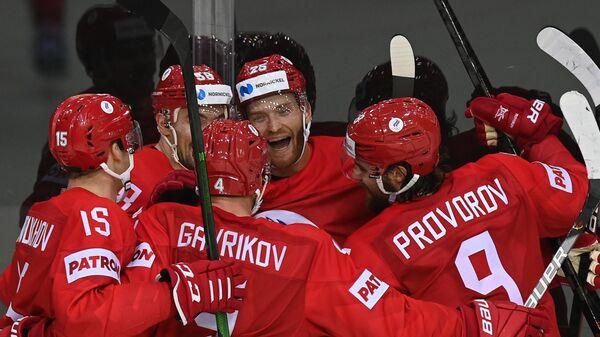 Игроки сборной России радуются заброшенной шайбе в матче группового этапа чемпионата мира по хоккею 2021 между сборными командами России и Чехии