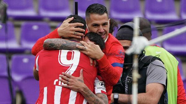 Луис Суарес празднует гол в ворота Вальядолида.
