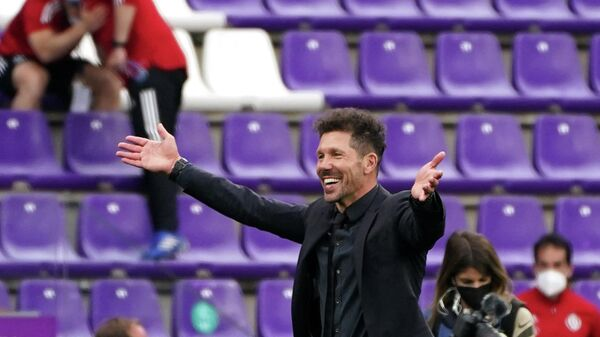Atletico Madrid's Argentine coach Diego Simeone celebrates after winning the Spanish league football match against Real Valladolid FC and the Liga Championship title at the Jose Zorilla stadium in Valladolid on May 22, 2021. (Photo by CESAR MANSO / AFP)