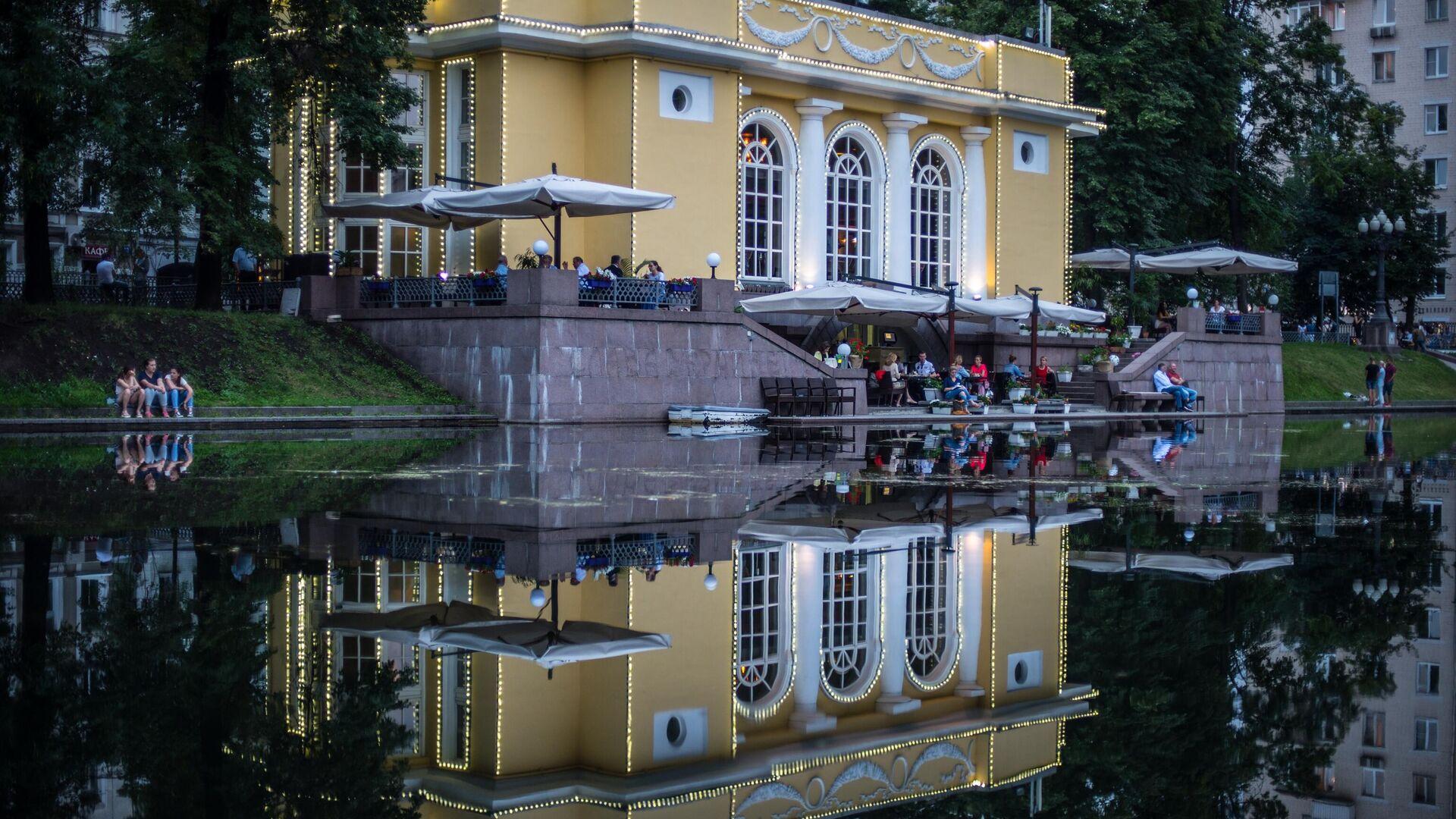 Горожане отдыхают на Патриарших прудах в Москве - РИА Новости, 1920, 11.06.2021