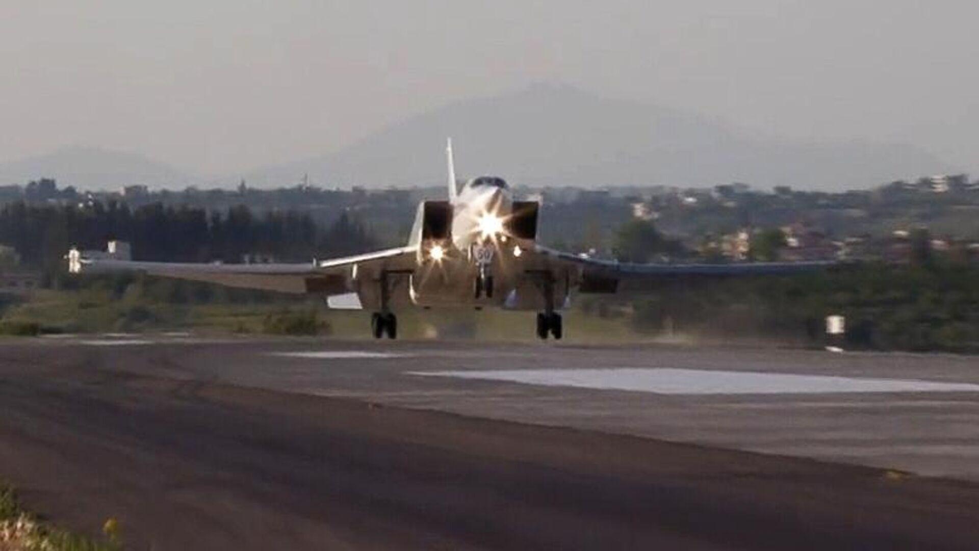 Дальний бомбардировщик Ту-22М3 совершает посадку на авиабазе Хмеймим в Сирии. Кадр видео - РИА Новости, 1920, 25.05.2021