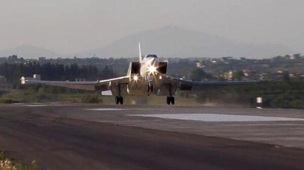 Дальний бомбардировщик Ту-22М3 совершает посадку на авиабазе Хмеймим в Сирии. Кадр видео