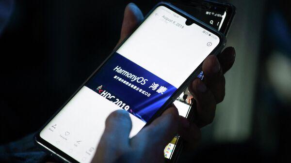 Cнимок, сделанный во время пресс-конференции Huawei, посвященной презентации новой операционной системы HarmonyOS