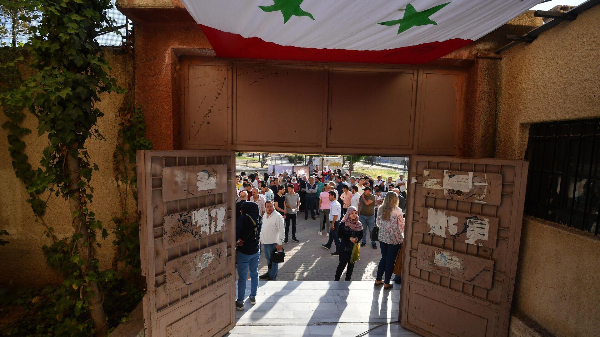 Люди у одного из избирательных участков Дамаска, где проходит голосование на выборах президента Сирии - РИА Новости, 1920, 26.05.2021