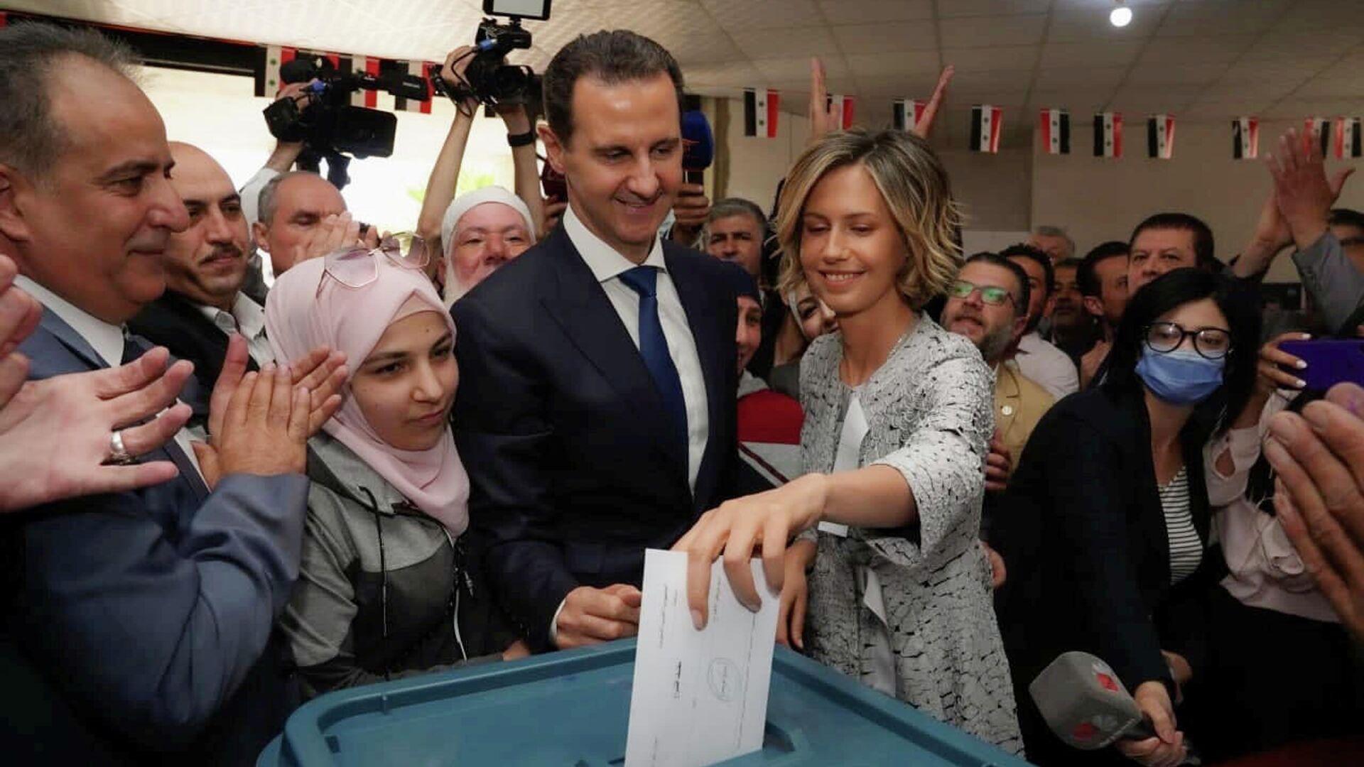 Асма Асад опускает бюллетень в урну во время выборов президента Сирии - РИА Новости, 1920, 28.05.2021