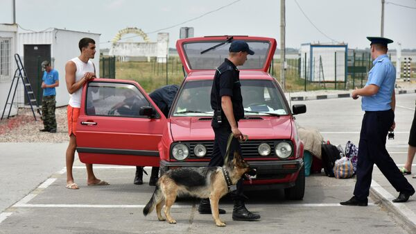Досмотр автомобилей на пункте пропуска Джанкой на границе России и Украины