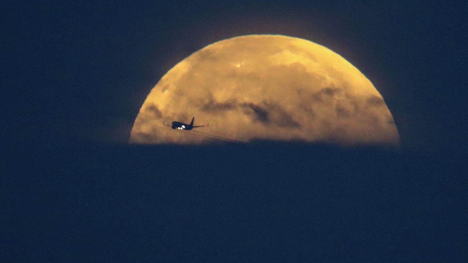 Самолет на фоне Луны в Санта-Моника, штат Калифорния - РИА Новости, 1920, 15.06.2021