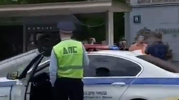 Машина влетела в остановку в Москве. Кадры с места аварии