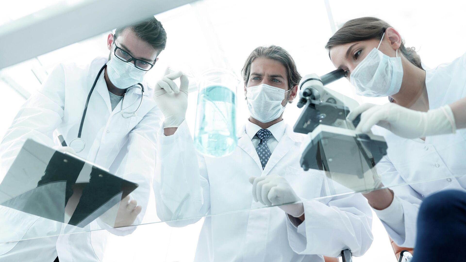 Ученые работают в лаборатории - РИА Новости, 1920, 21.07.2021
