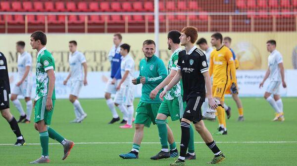 Футболисты молодежной команды Ахмата (в зеленом)