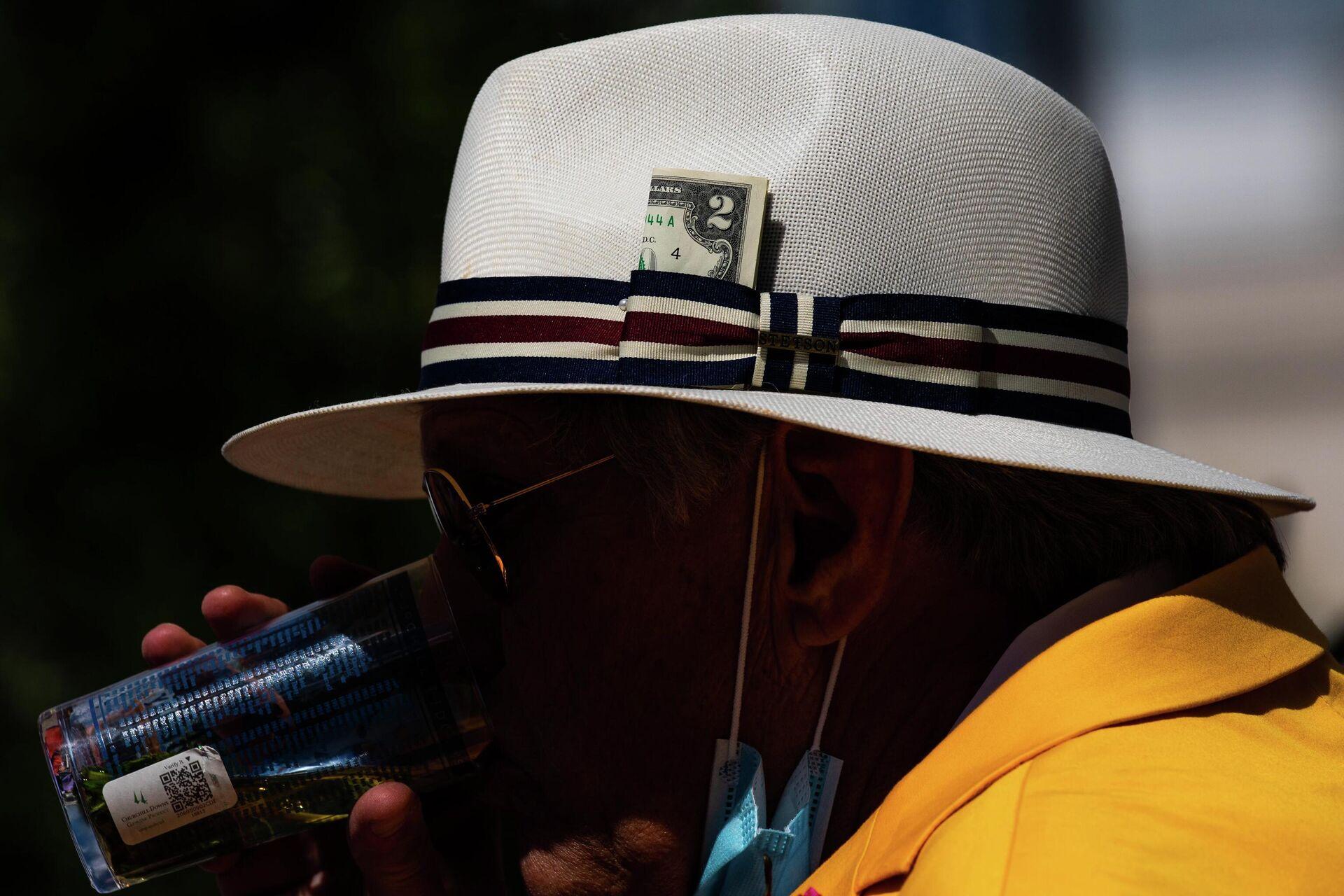 Двухдолларовая купюра на шляпе зрителя скачек в США - РИА Новости, 1920, 27.05.2021