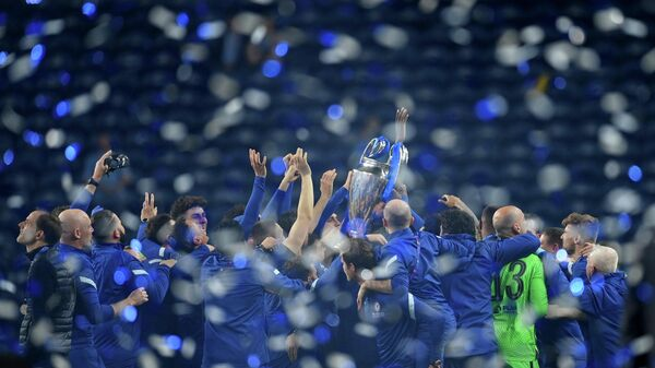 Soccer Football - Champions League Final - Manchester City v Chelsea - Estadio do Dragao, Porto, Portugal - May 29, 2021 Chelsea players celebrates with the trophy as Chelsea manager Thomas Tuchel (L) looks on after winning the Champions League Pool via REUTERS/David Ramos     TPX IMAGES OF THE DAY