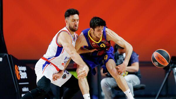 Игрок БК Барселона Леандро Больмаро и игрок БК Анадолу Эфес Василие Мицич (слева) в финальном матче финала четырех баскетбольной Евролиги сезона 2020/2021 между БК Барселона (Испания, Барселона) и БК Анадолу Эфес (Турция, Стамбул).