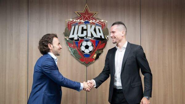 Нападающий ЦСКА Антон Заболотный (справа) и генеральный директор клуба Роман Бабаев