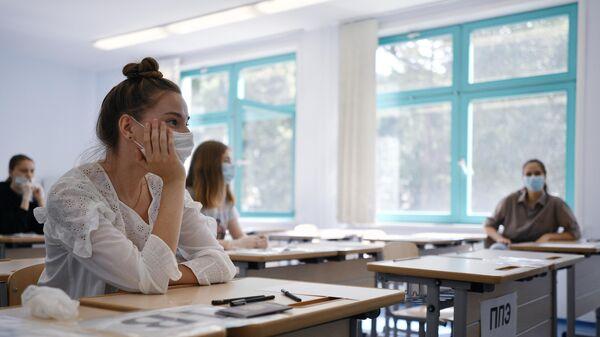 Ученики перед началом сдачи ЕГЭ по литературе