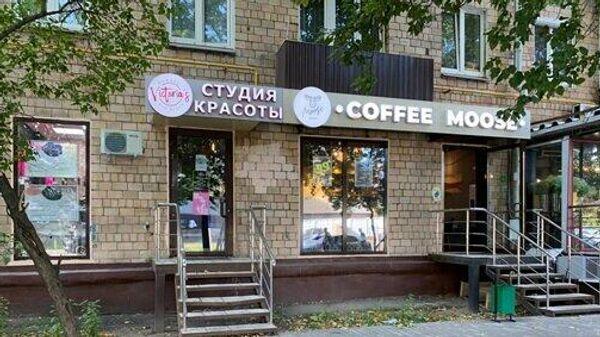 Входы в кафе и салон красоты, организованные в жилом доме в Беговом районе Москвы