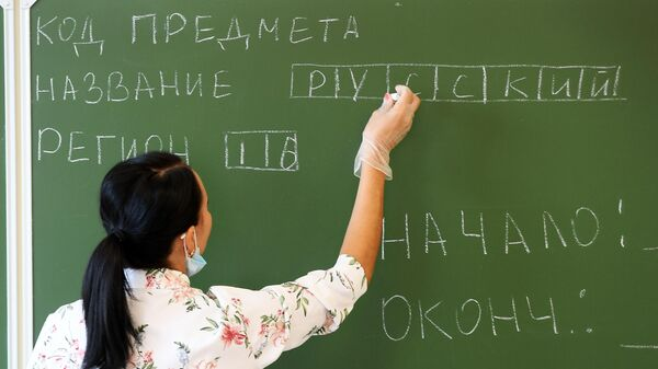 Учительница проводит инструктаж перед началом единого государственного экзамена по русскому языку