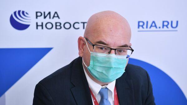 Управляющий партнер EY по странам СНГ Александр Ивлев у стенда МИА Россия сегодня на ПМЭФ-2021