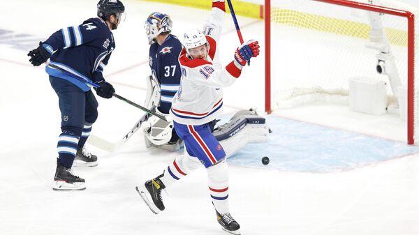 Хоккеист Монреаль Канадиенс Йеспери Котканиеми в матче плей-офф НХЛ против Ванкувер Кэнакс