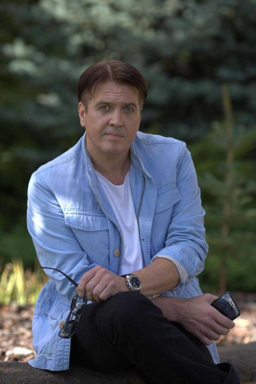 Денис Матросов в подмосковном поселке, у своего загородного дома