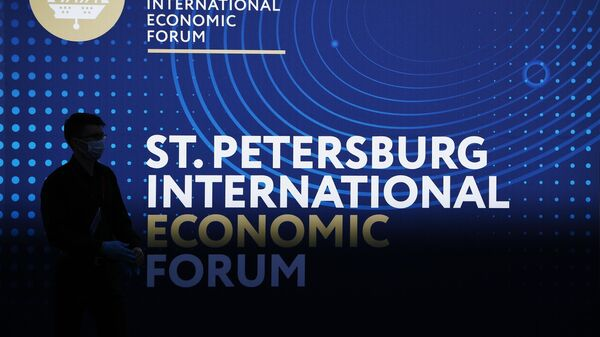 Стенд с символикой Петербургского международного экономического форума - 2021