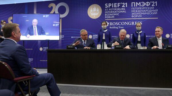 Президент РФ Владимир Путин принял участие в церемонии подписания инвестиционных соглашений в рамках ПМЭФ