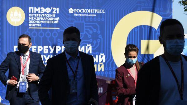 Участники Петербургского международного экономического форума - 2021 у конгрессно-выставочного центра Экспофорум