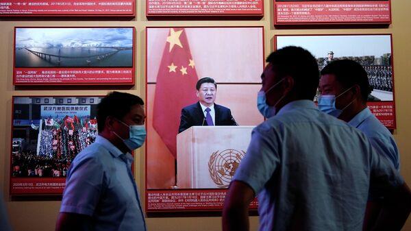 Люди на мероприятии, посвященному 100-летию основания Коммунистической партии Китая, у Мемориала Первого национального конгресса Коммунистической партии Китая в Шанхае