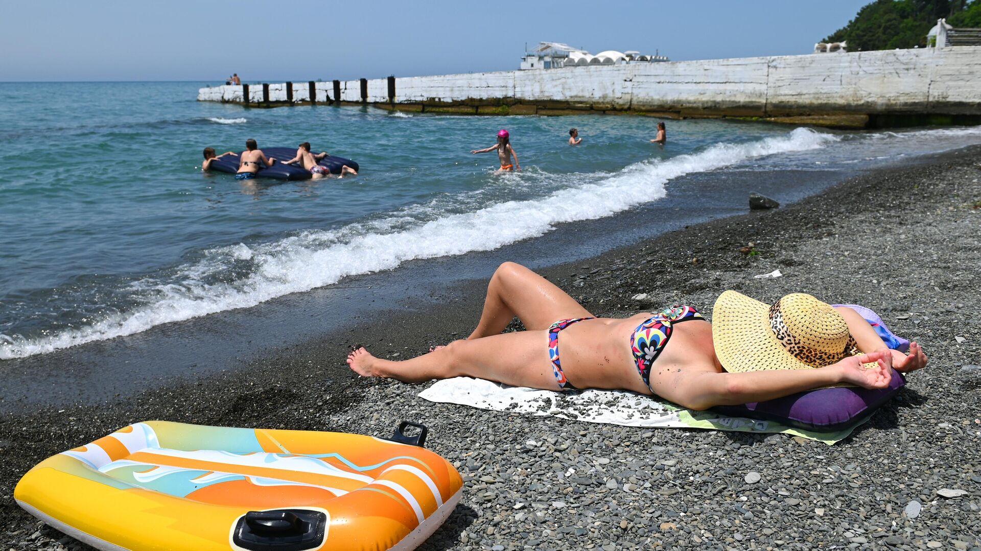 Отдыхающие на пляже в Хостинском районе города Сочи - РИА Новости, 1920, 24.06.2021