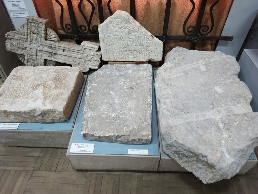 Краеведческий музей. Надгробия 16-17 веков