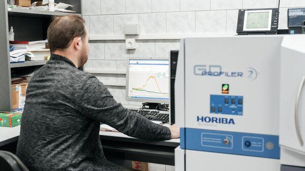 Лаборатория отделения экспериментальной физики Инженерной школы ядерных технологий ТПУ, магистрант ТПУ Антон Ломыгин  работает с оптическим эмиссионным спектрометром тлеющего разряда