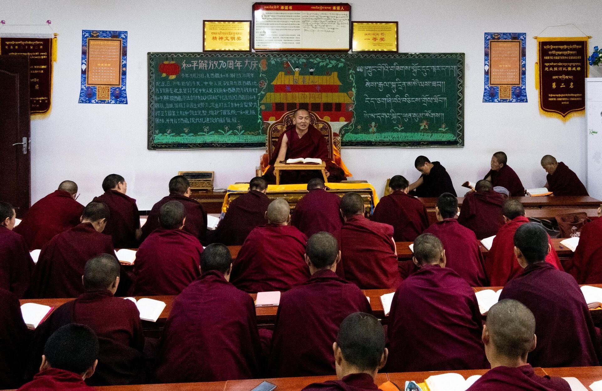 Преподаватель на занятиях в Буддистском институте в деревне Жэдуй городского округа Лхаса в Тибете - РИА Новости, 1920, 08.06.2021