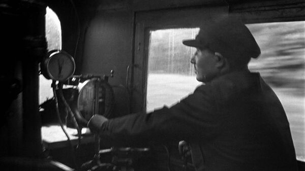 Машинист ведет пассажирский поезд Красная стрела (Москва-Ленинград). 1939 год.