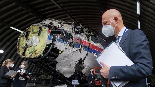 Председательствующий судья Хендрик Стинхейс осматривает обломки рейса MH17 авиакомпании Malaysia Airlines на авиабазе Гильзе-Рейен, Нидерланды