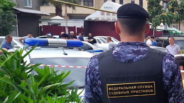 Сотрудник ФССП на месте убийства судебных приставов в Адлере