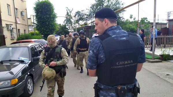 Сотрудники правоохранительных органов на месте убийства судебных приставов в Адлер