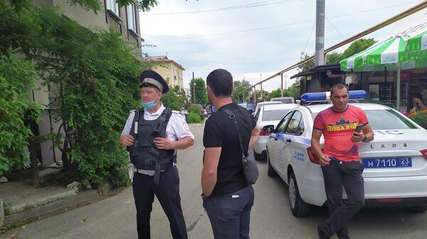 Сотрудники полиции на месте убийства судебных приставов в Адлере