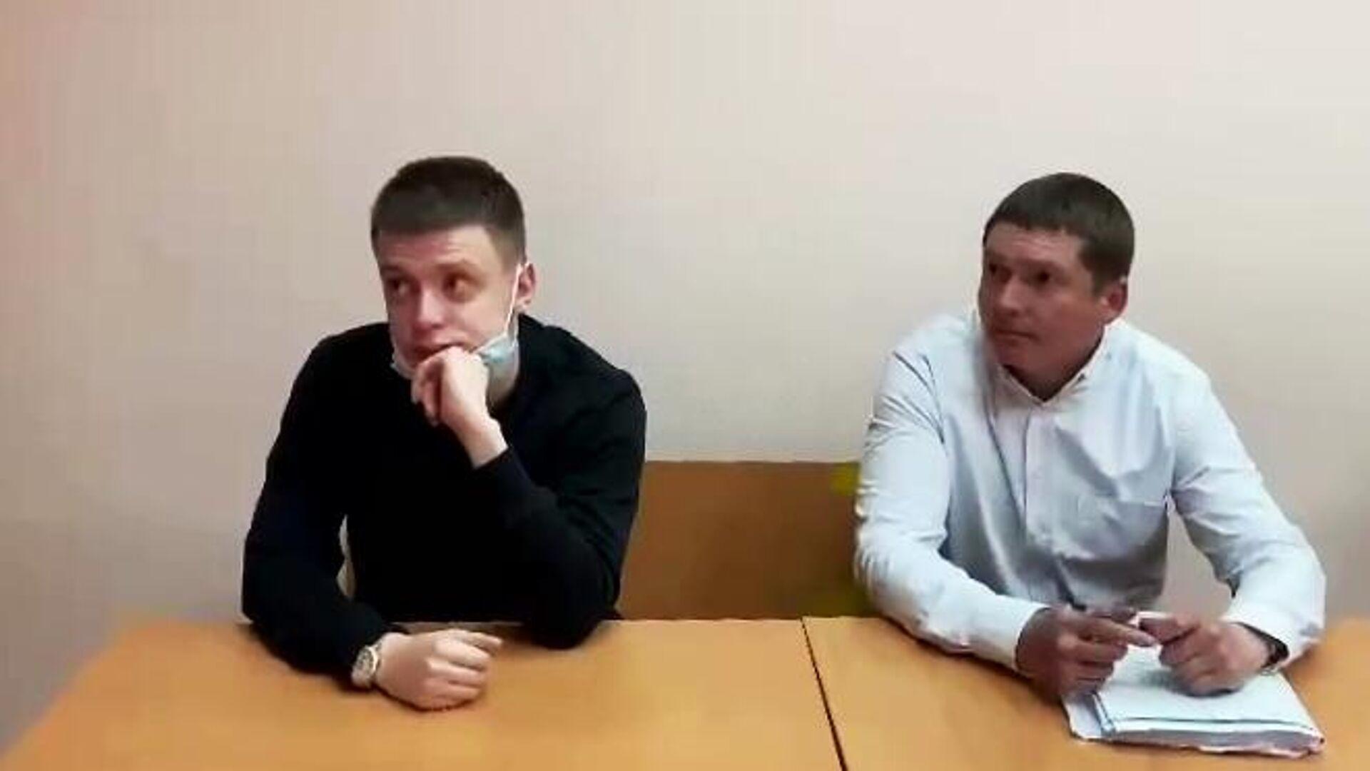 Слева - блогер Андрей Бурим (Mellstroy) во время рассмотрения в отношении него уголовного дела в Пресненском районном суде Москвы - РИА Новости, 1920, 23.06.2021