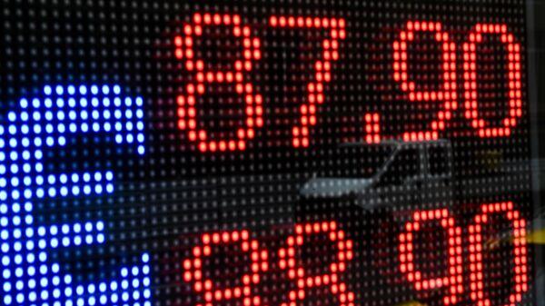 Электронное табло с информацией о курсе евро на одной из улиц в Москве