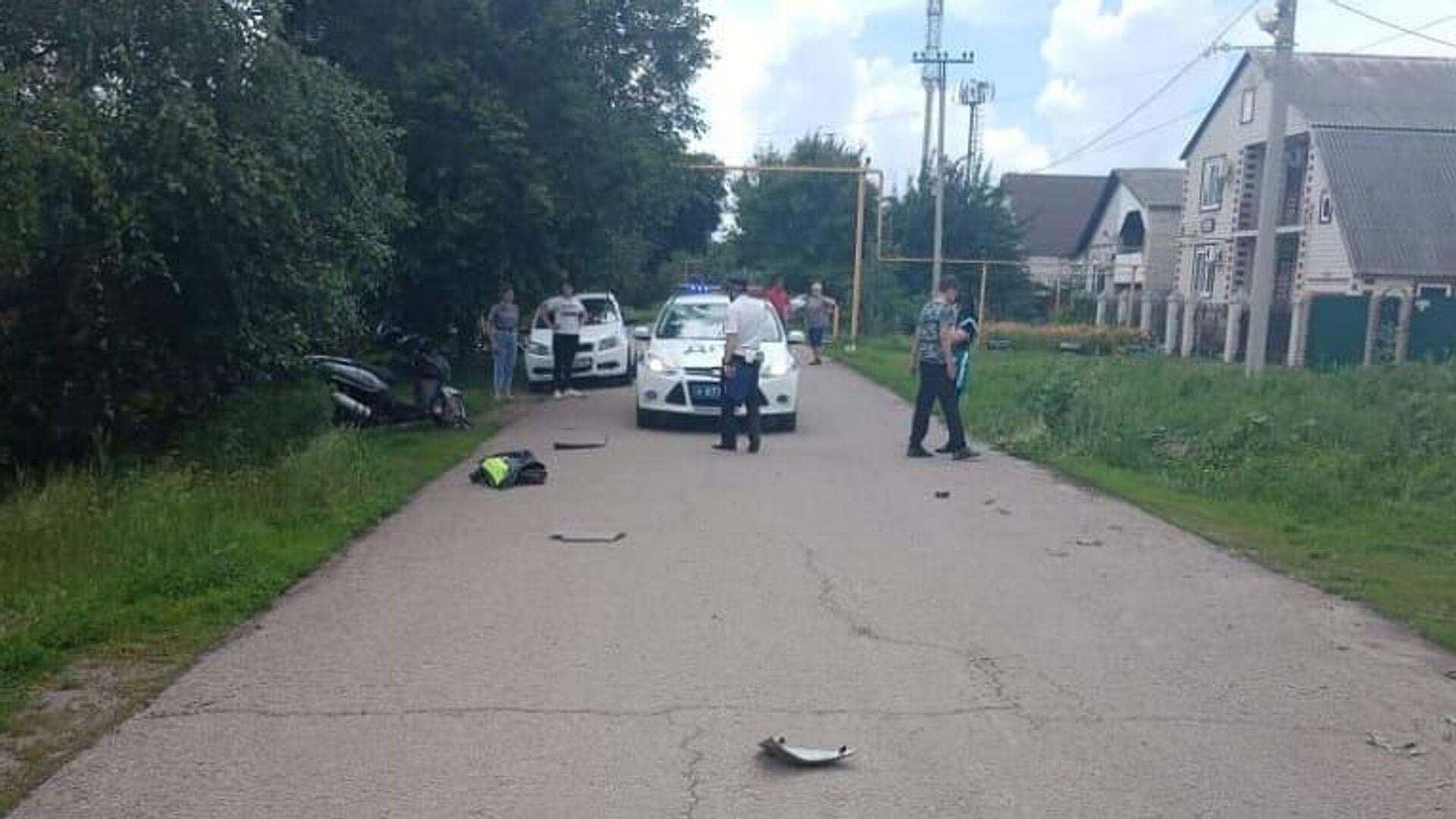 На месте ДТП в Донецке Ростовской области, где 14-летний мотоциклист наехал на четырехлетнюю девочку - РИА Новости, 1920, 10.06.2021
