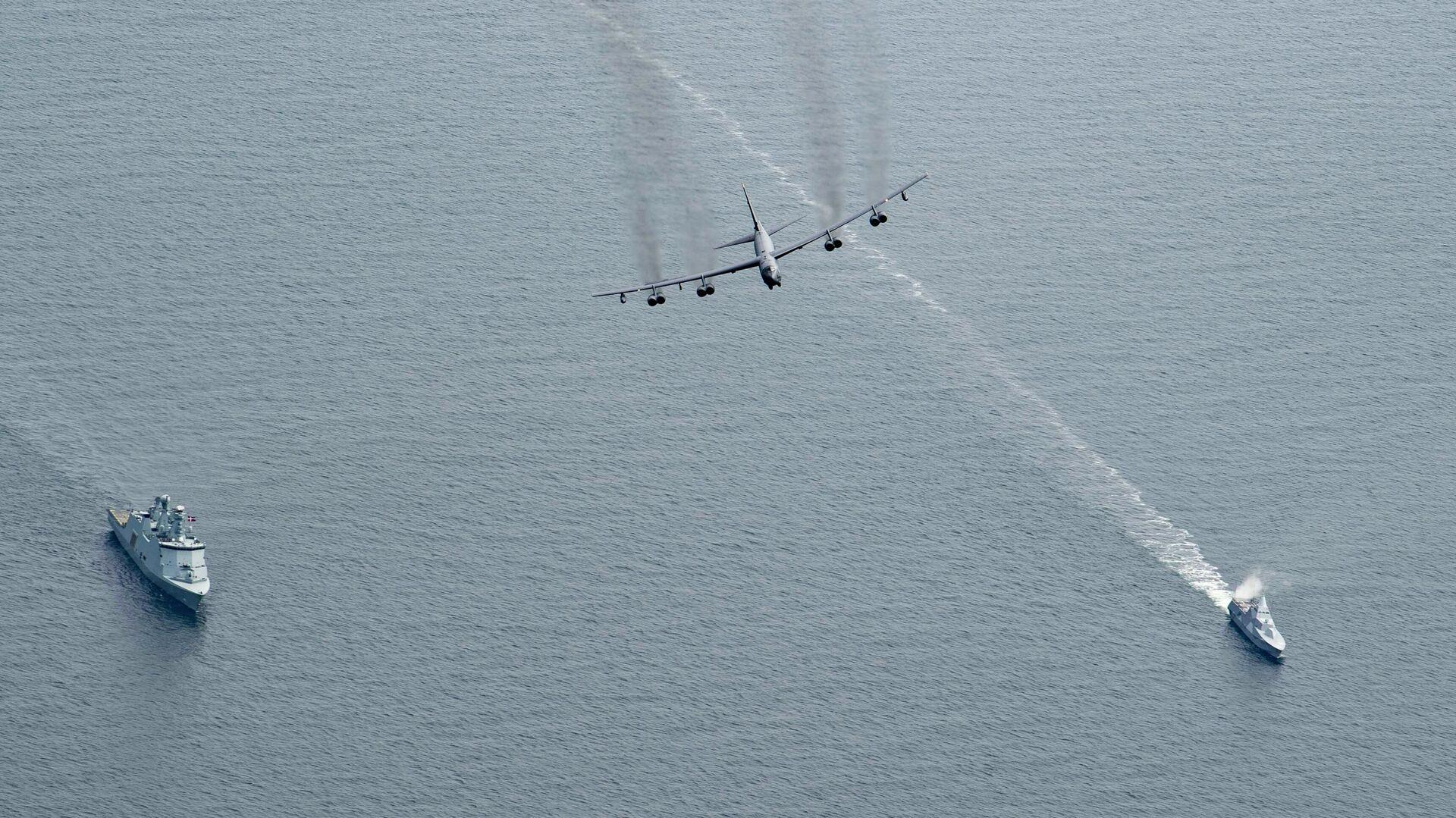 Стратегический бомбардировщик ВВС США B-52H Stratofortress пролетает над кораблем Королевских военно-морских сил Дании HDMS Esbern Snare (L17) (слева) и корветом HMS Karlstad (K35) ВМC Швеции во время Baltops - РИА Новости, 1920, 11.06.2021