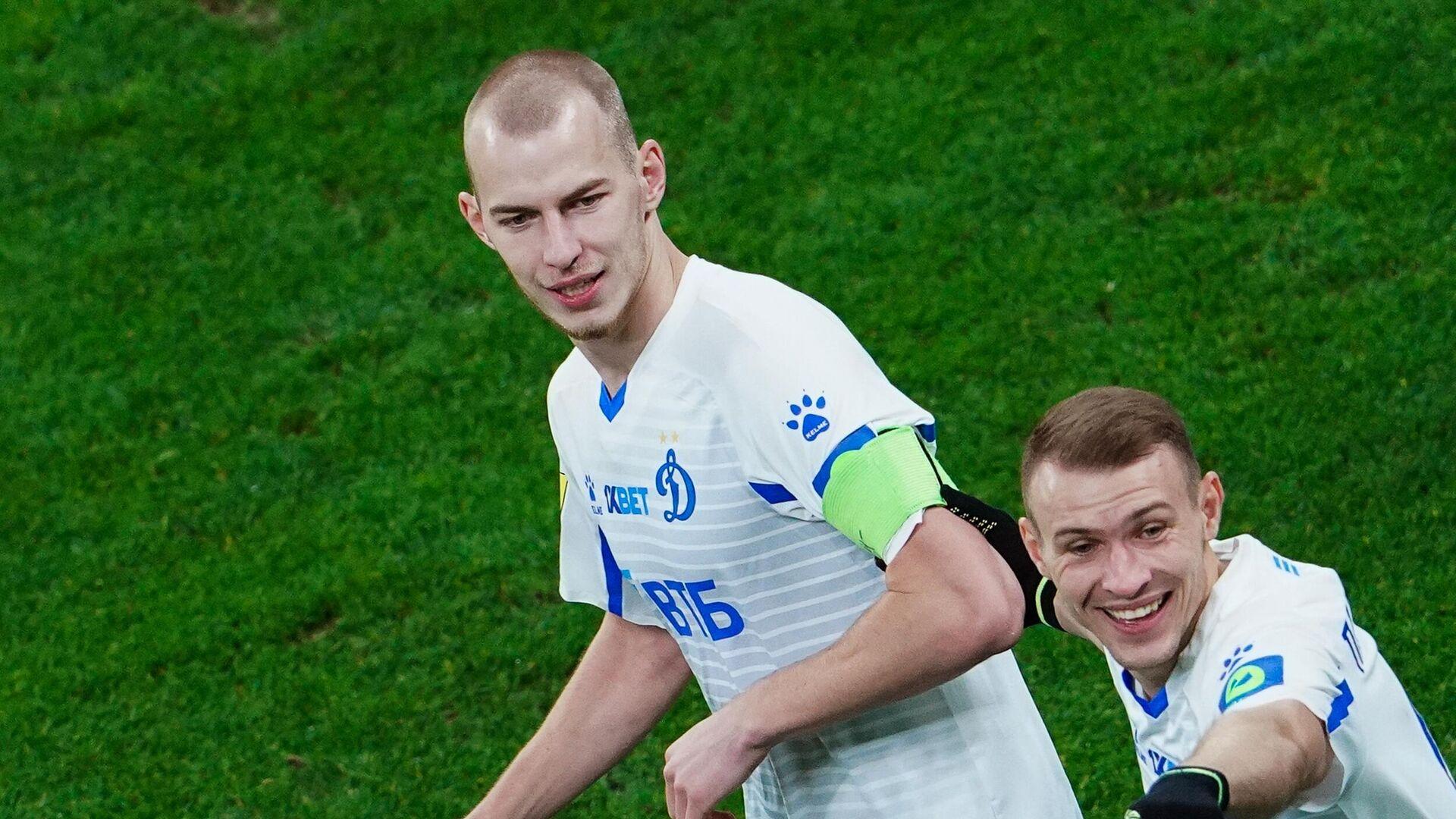 Игроки Динамо Роман Евгеньев (слева) и Сергей Паршивлюк - РИА Новости, 1920, 11.06.2021