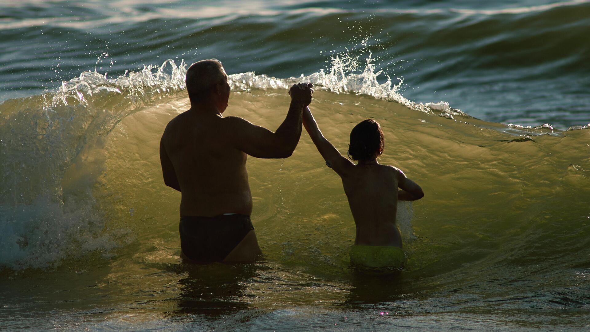 Отдыхающие купаются в Балтийском море в Калининградской области - РИА Новости, 1920, 31.07.2021