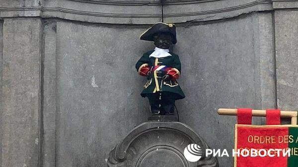 Скульптуру Писающий мальчик в Брюсселе в День России одели в исторический костюм русского гвардейца