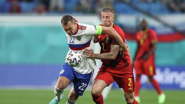 Нападающий сборной России Артем Дзюба (слева) и защитник сборной Бельгии Тоби Алдервейрелд